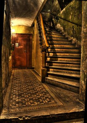 Asuntos nocturnos en la escalera del portal.