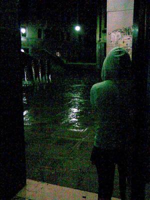 La lluvia moja las calles de la ciudad.